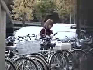 車の下に入った物を取ろうとする制服JK・自転車倒しちゃったミニスカギ...
