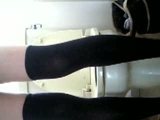 【見放題盗撮動画】洋式トイレで若いOLさんの着替え~排泄~マ〇コ拭きを正面から隠し撮り