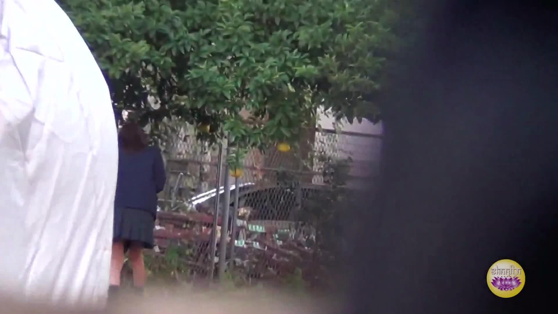 周りを気にしながら歩いてるセイフク10代小娘を尾行し秘密撮影していると物陰に入りこっそり放尿しだしたww